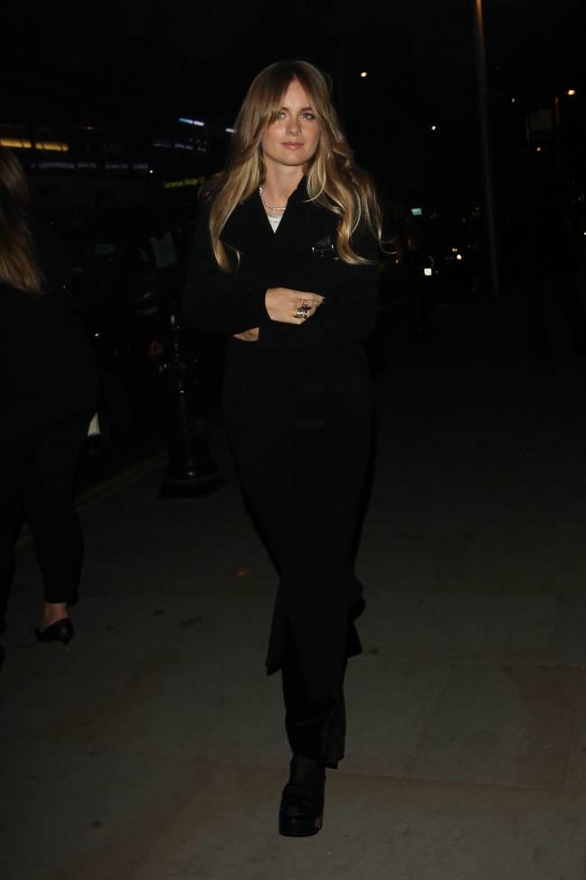 Простота и элегантность: Крессида Бонас блистает на вечеринке Chanel
