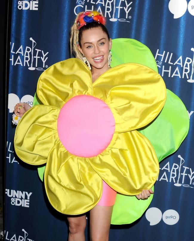 Модный шок: Майли Сайрус пришла на благотворительный вечер в костюме ромашки