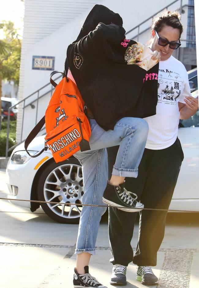 Неожиданно: Майли Сайрус гуляет по городу в кофте-мешке