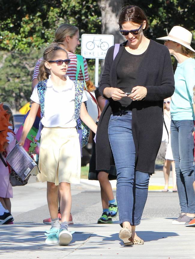 Счастливая мама: Дженнифер Гарнер покоряет искренней улыбкой во время прогулки с детьми