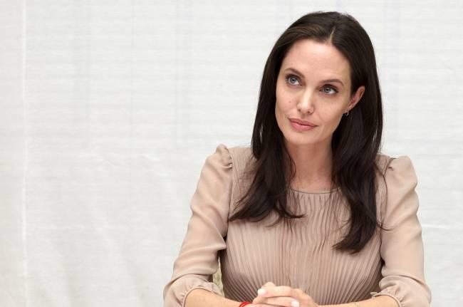Спокойствие и уверенность: Анджелина Джоли блистает на пресс-конференции в Лос-Анджелесе