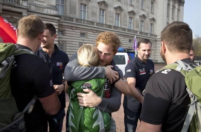 Принц Гарри растрогал публику своим поведением во время встречи военных