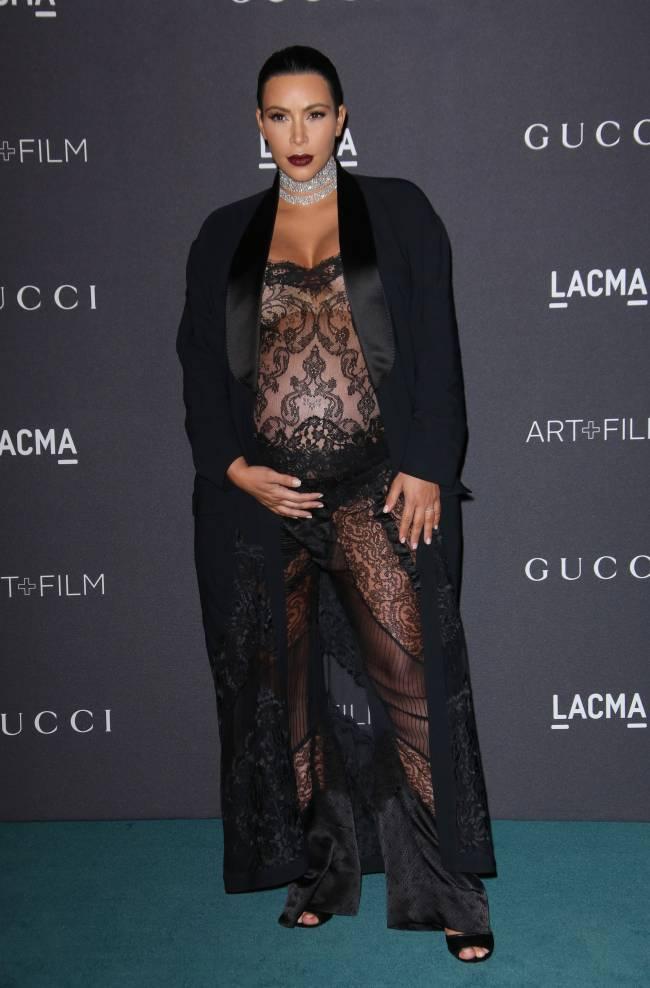 Сверхоткровенно: беременная Ким Кардашьян обескуражила публику совершенно прозрачным нарядом