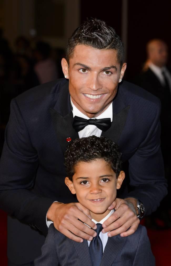 """Криштиану Роналду с сыном и матерью блистает на премьере фильма """"Роналду"""""""