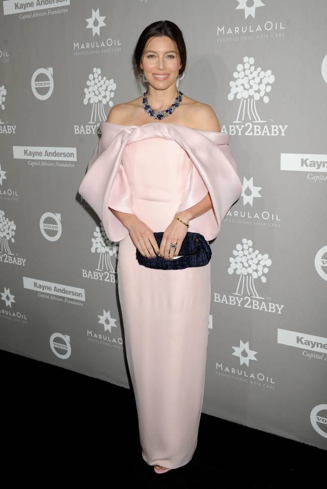 Нежный цветок: супруга Джастина Тимберлейка покорила публику элегантным нарядом