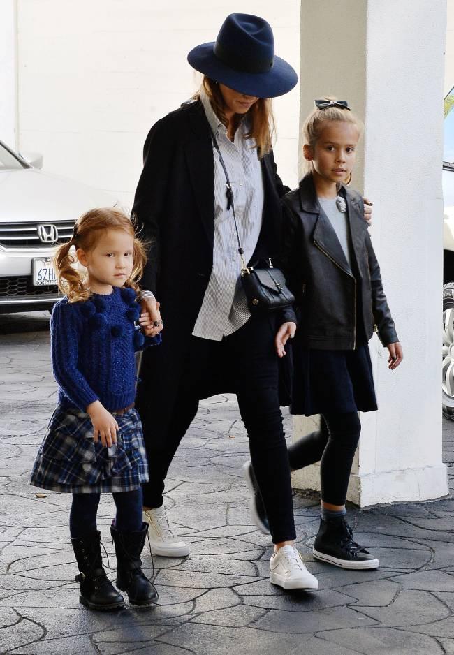 Стильная мама Джессика Альба показала подросших красавиц-дочерей