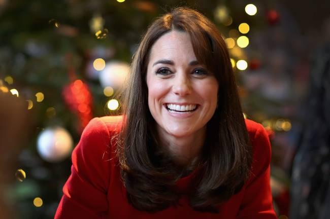 Дух Рождества: Кейт Миддлтон покорила публику в красном наряде Alexander McQueen
