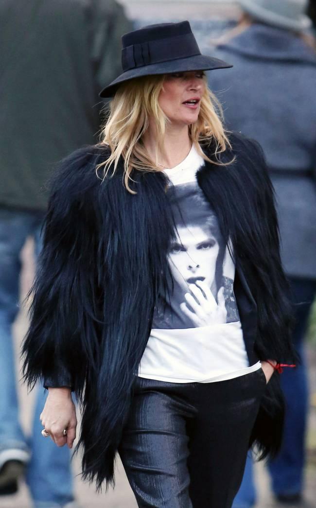 В память о друге: Кейт Мосс появилась на публике в футболке с изображением Дэвида Боуи