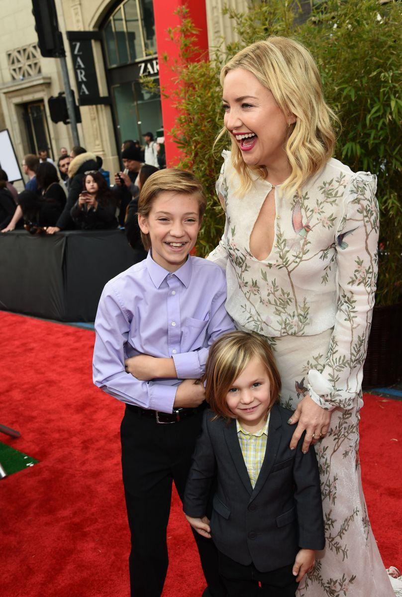 Счастливая мамочка: Кейт Хадсон вышла в свет со своими сыновьями
