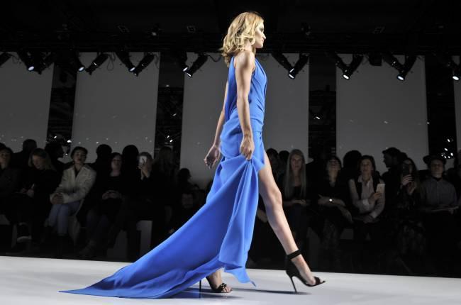 Королева подиума: Роузи Хантингтон-Уайтли блистает на показе Versace