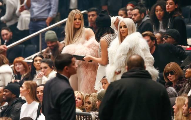 Сексуальная блондинка: Ким Кардашьян обескуражила публику своим появлением на показе