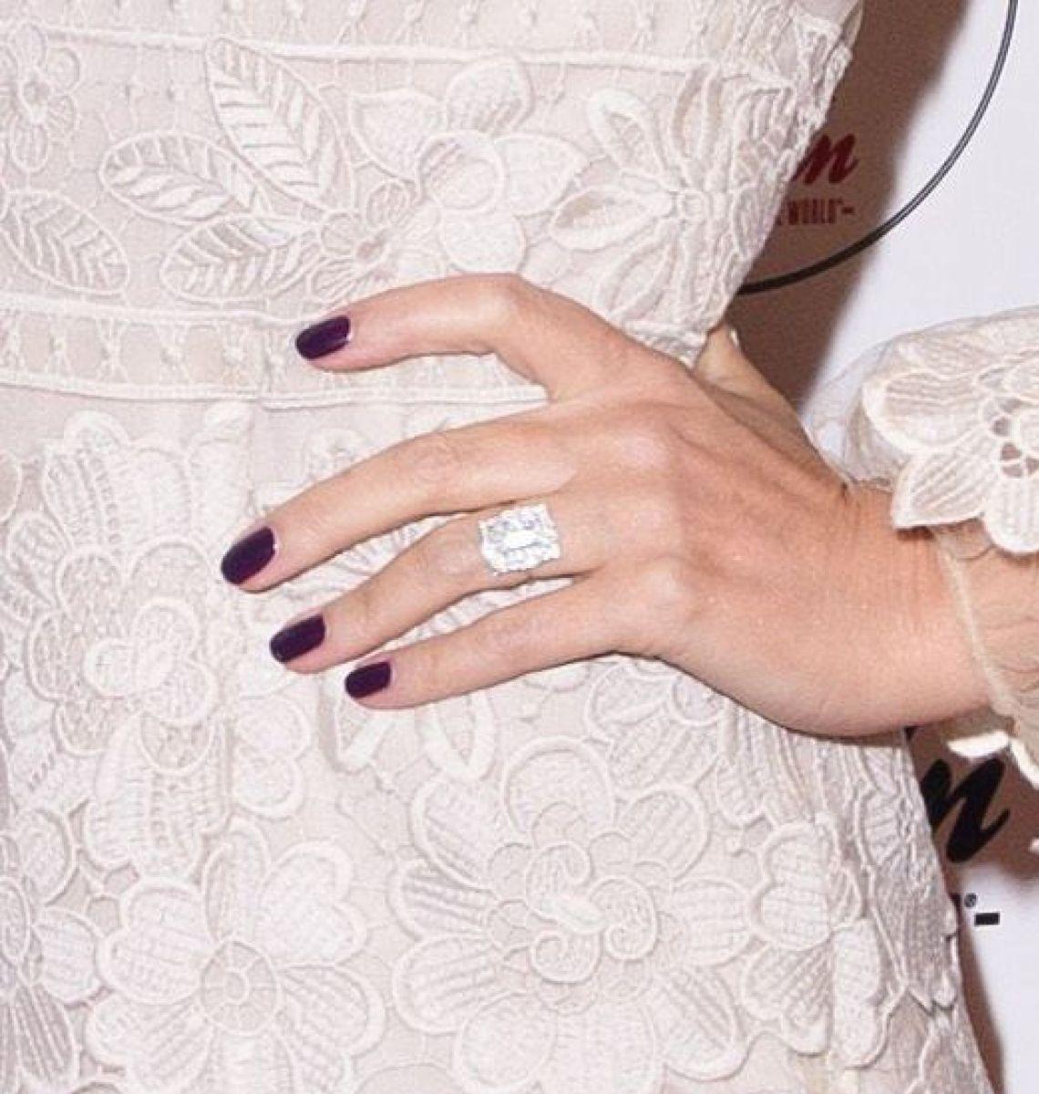 47-летняя Кайли Миноуг выходит замуж за своего 27-летнего возлюбленного