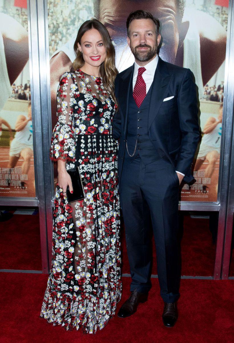 Не скрывая чувств: Оливия Уайлд вышла в свет вместе со своим мужем