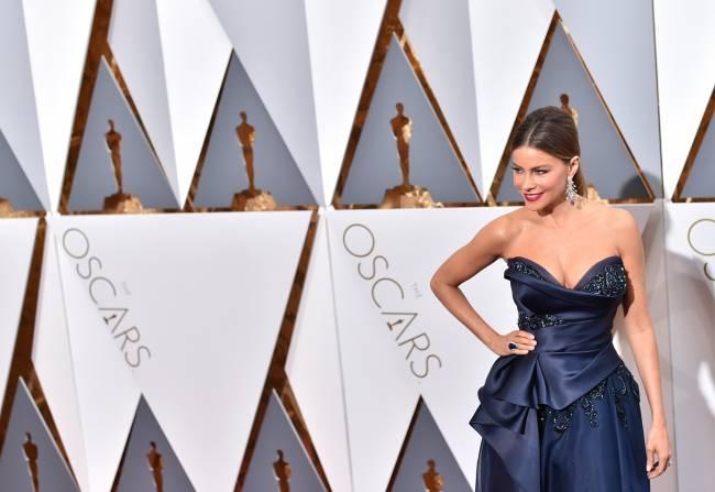 """Ставка на декольте: Шарлиз Терон, Оливия Уайлд и другие соблазнительницы церемонии """"Оскар"""""""