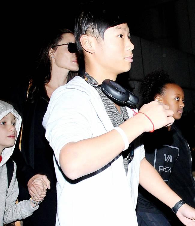 """Фотофакт: вместо """"Оскара"""" Анджелина Джоли путешествует с детьми"""