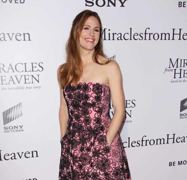 Нежный цветок: Дженнифер Гарнер покоряет элегантным нарядом на кинопремьере
