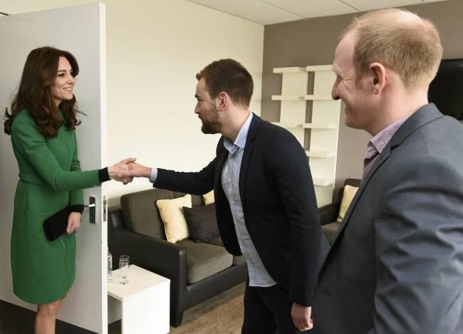 Всегда приветливы и прекрасны: Кейт Миддлтон и принц Уильям с официальным визитом посетили госпиталь