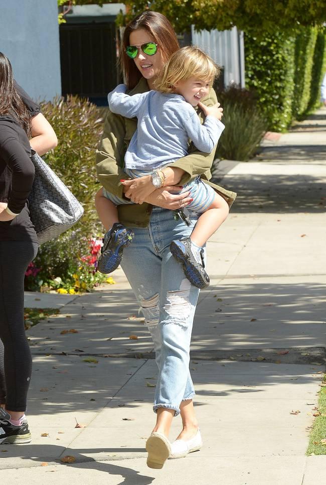 Стильная мамочка Алессандра Амбросио на прогулке с сыном