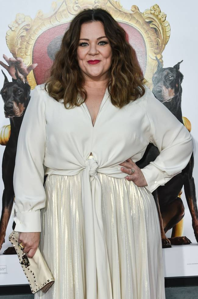 Долой комплексы: Мелисса Маккарти блистает в стильном белом наряде