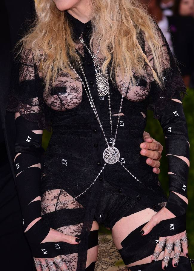 Cкандальные наряды Мадонны и Леди Гаги шокировали публику Met Gala 2016