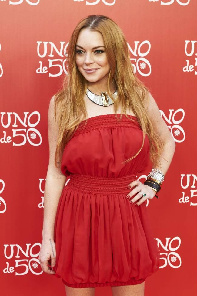 Леди в красном: Линдси Лохан соблазняет ярким нарядом