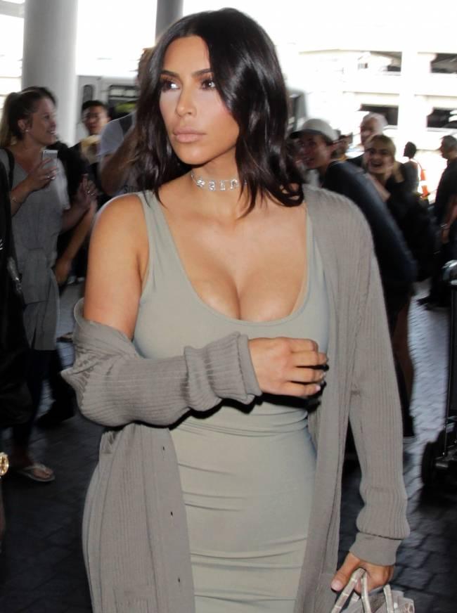 Горячая штучка: Ким Кардашьян обескуражила публику сексуальным нарядом