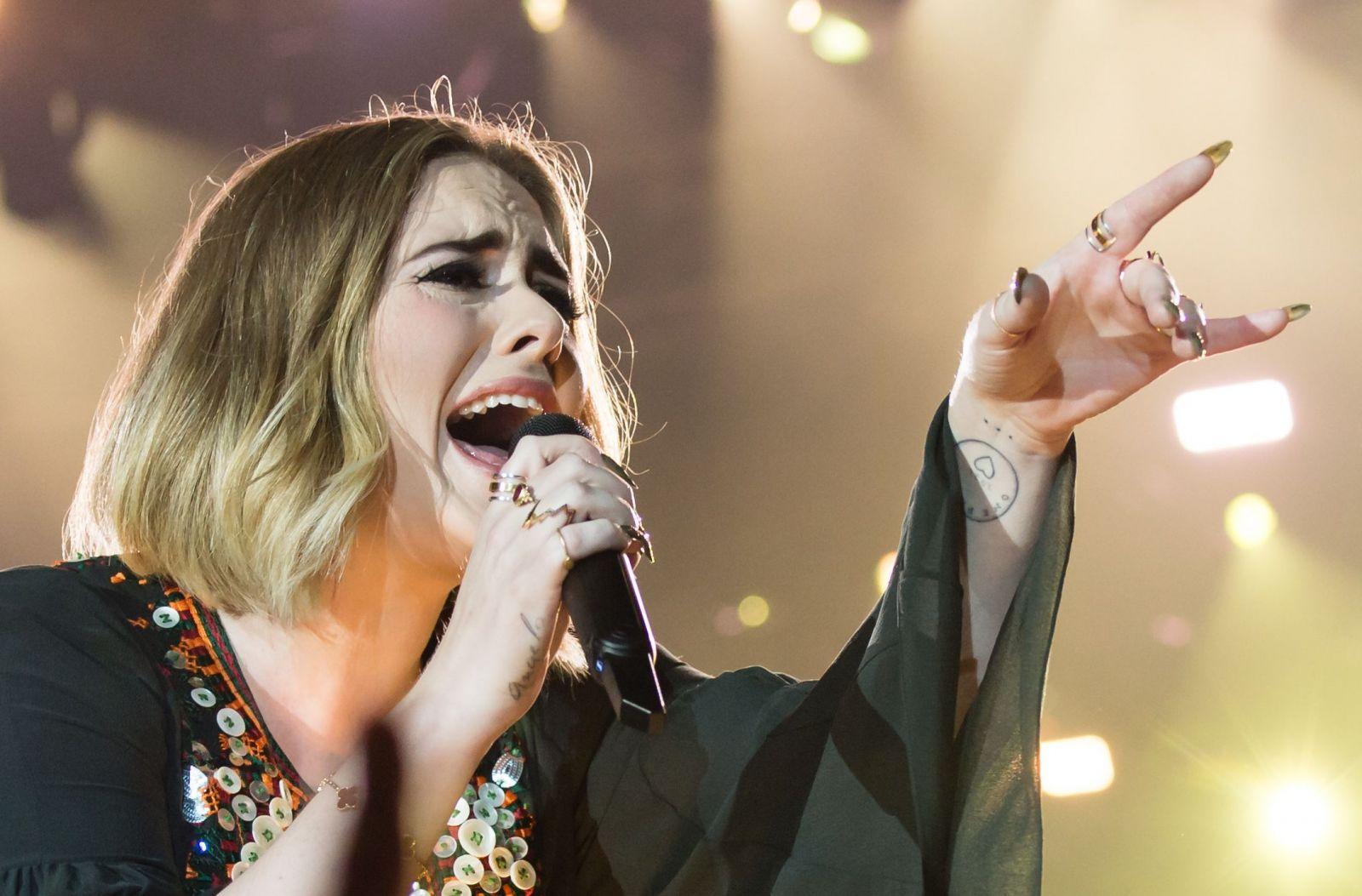 Эстрадная певица Адель неожиданно объявила обуходе сосцены