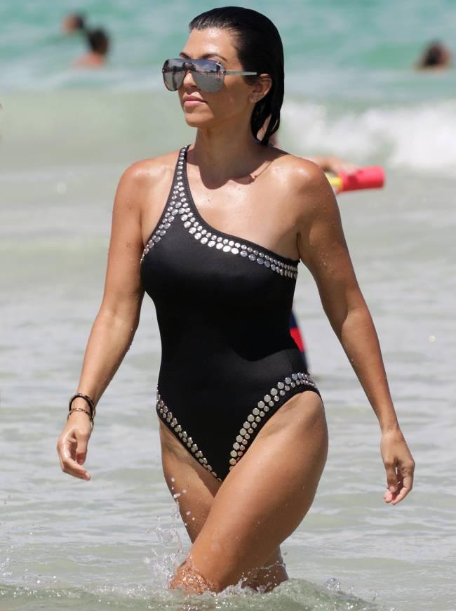 """Сексуальная Кортни Кардашьян демонстрирует """"горячую"""" фигуру на пляже в Майами"""