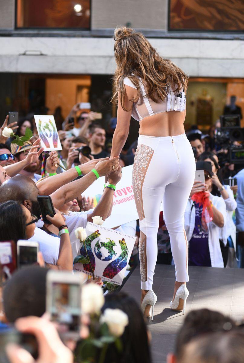 Дженнифер Лопес в кружевном топе сразила публику своим идеальным прессом