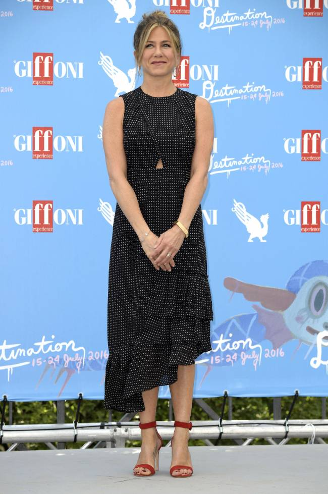 Дженнифер Энистон покорила публику элегантным нарядом на фестивале в Италии
