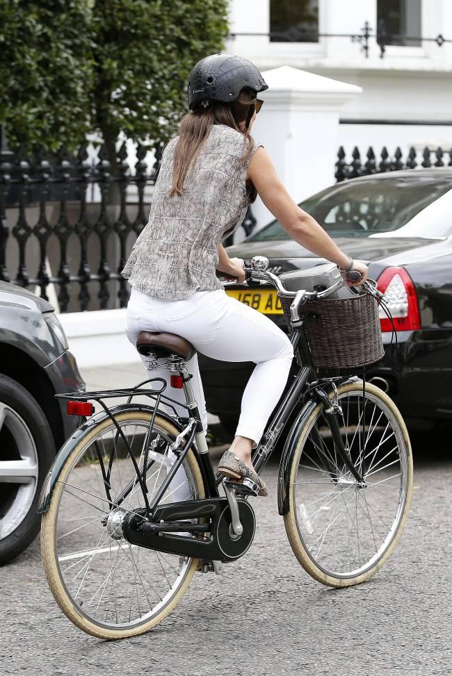 Стильная Пиппа Миддлтон катается по Лондону на велосипеде