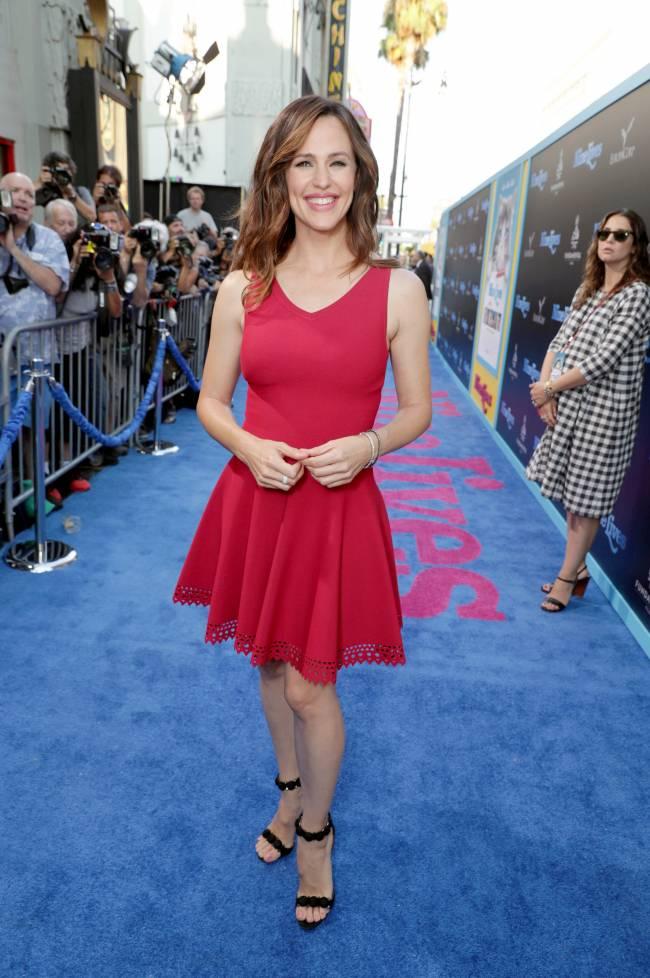 Дженнифер Гарнер продемонстрировала точеную фигуру в красном мини-платье