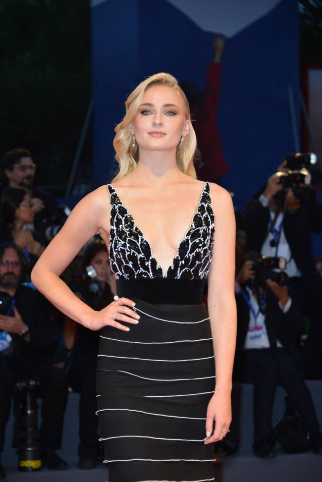 Софи Тернер блистает на красной дорожке Венецианского кинофестиваля