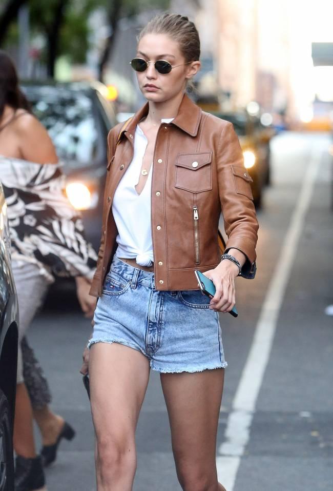 Покоряя улицы Нью-Йорка: Джиджи Хадид показала стройные ножки в мини-шортах