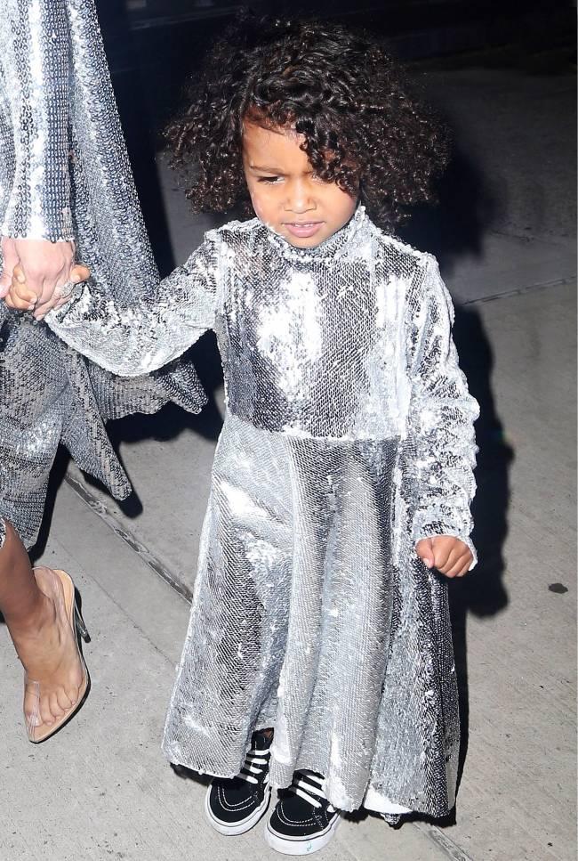 Как две капли: Ким Кардашьян с дочерью Норт появились на публике в одинаковых нарядах