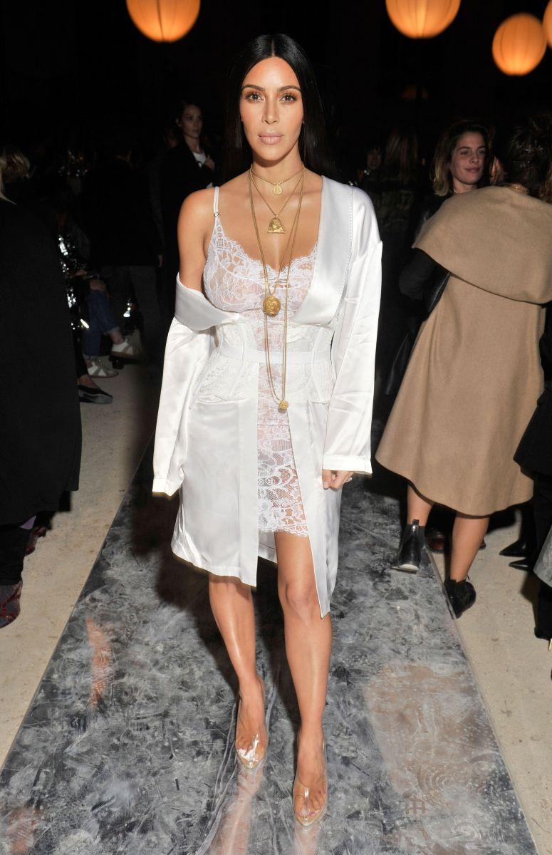 Сексуальная Ким Кардашьян вышла в свет в прозрачном кружевном платье