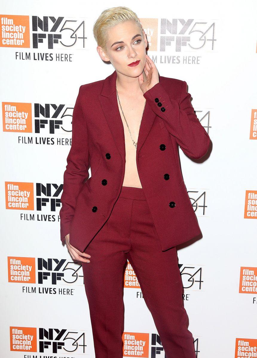 Кристен Стюарт появилась на премьере фильма в брючном костюме без нижнего белья