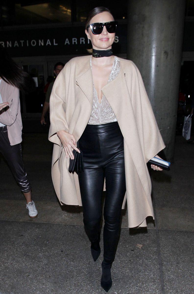 Миранда Керр соблазнят стройными ногами в облегающих кожаных брюках