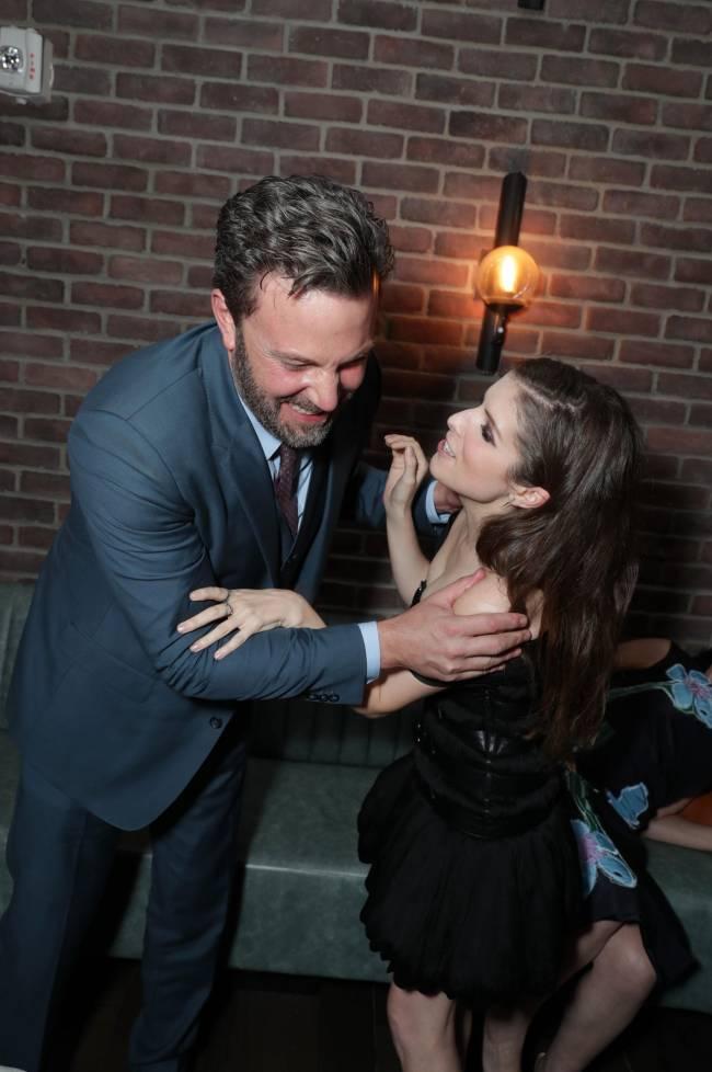 Фотофакт: Анна Кендрик и Бен Аффлек заобнимали друг друга на премьере в Лос-Анджелесе