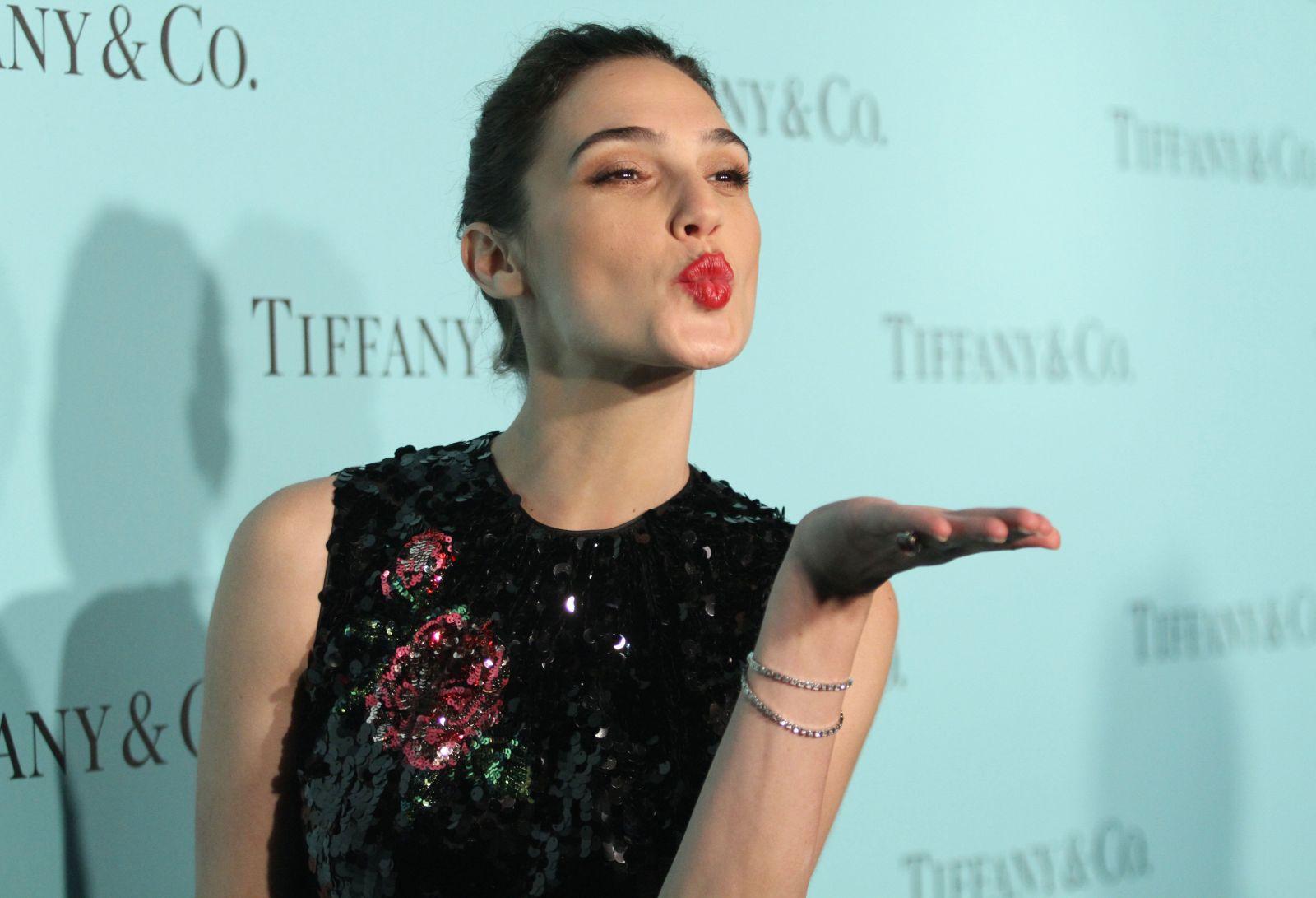 Девушка в черном: Галь Гадот восхищает элегантным нарядом от Dolce&Gabbana