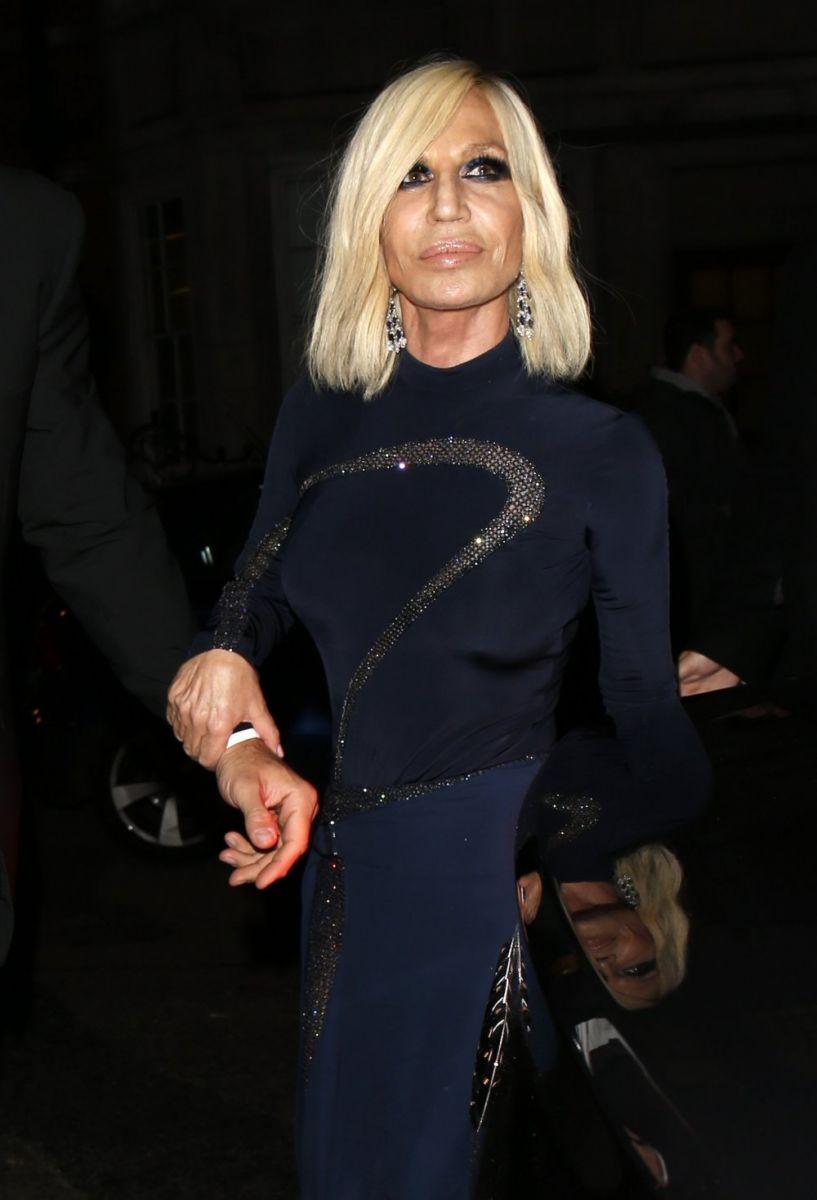 61-летняя Донателла Версаче восхищает стройными ногами в наряде с высоким разрезом