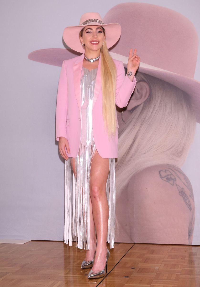 Девушка в розовом: Леди Гага покоряет образом в нежных тонах