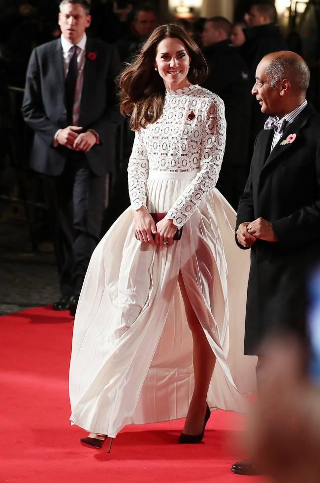 Смелый разрез: Кейт Миддлтон из-за платья незапланированно оголила стройные ноги на красной дорожке