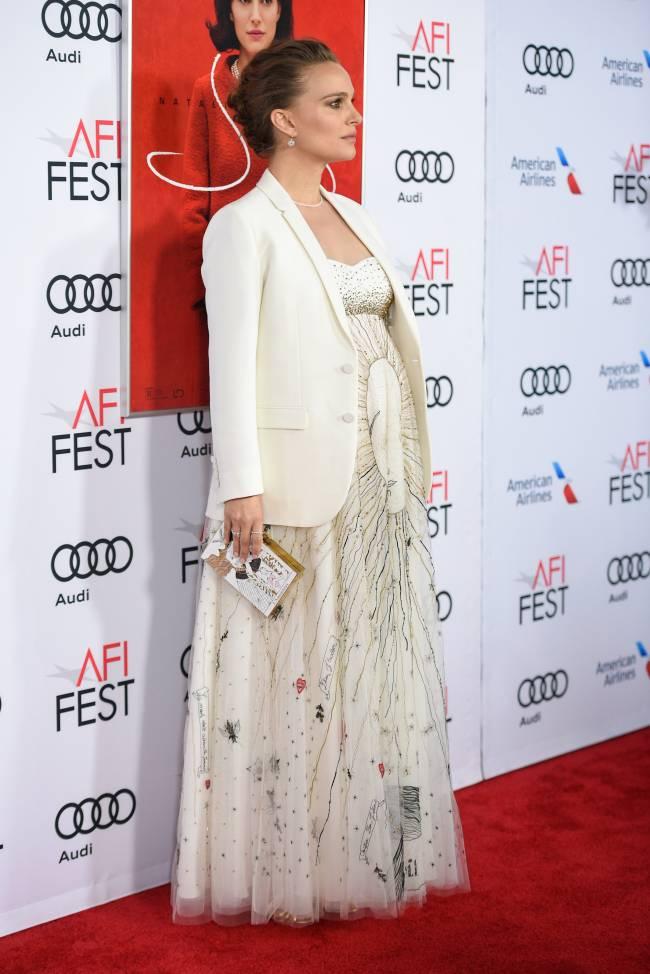 Беременная Натали Портман блистает в белоснежном наряде Dior