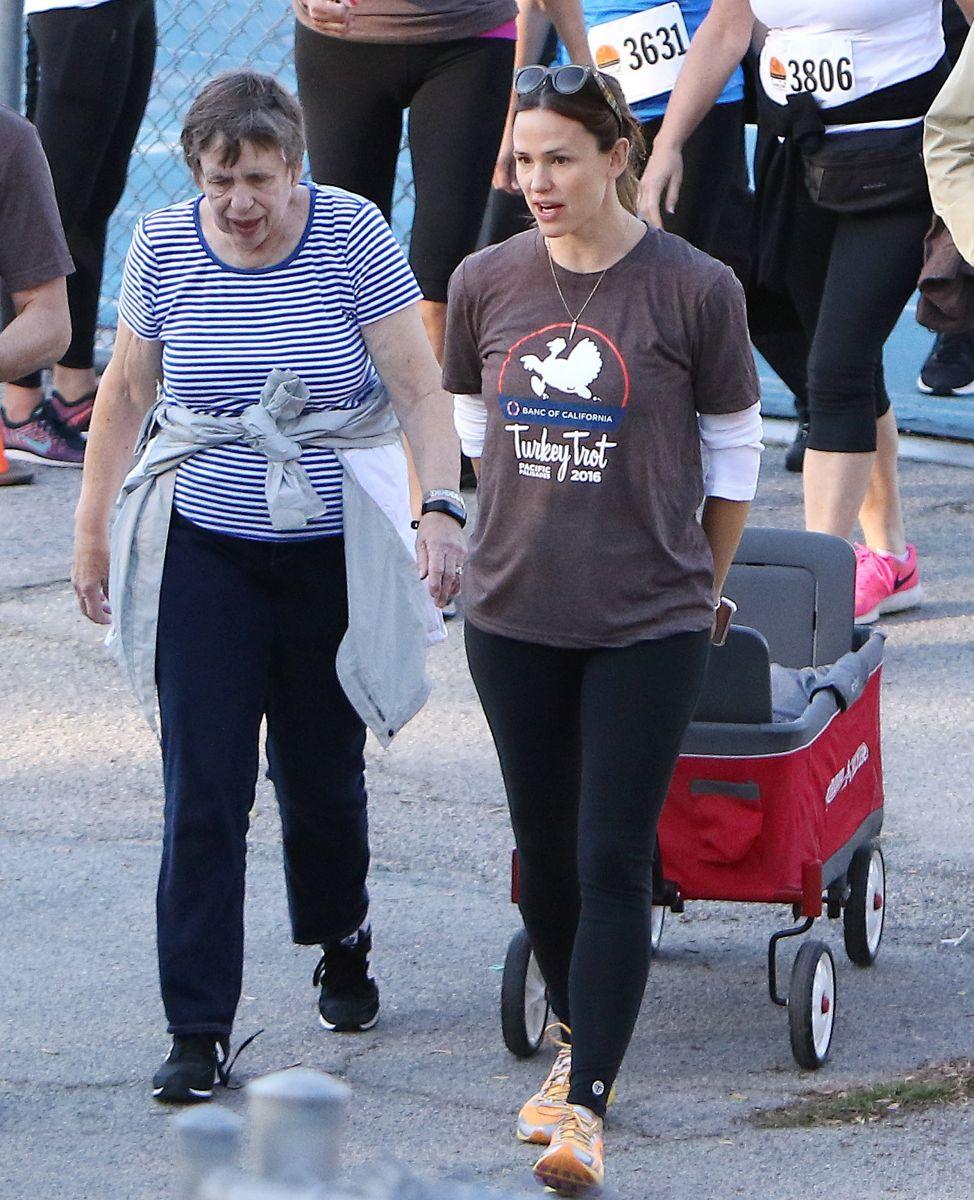 Дженнифер Гарнер со своей мамой и детьми поучаствовала в спортивном марафоне