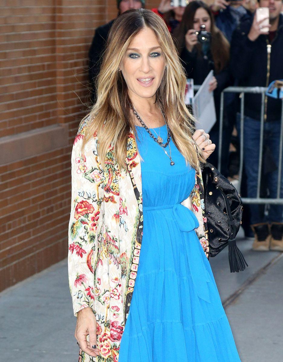 Свежа и улыбчива: Сара Джессика Паркер гуляет по Нью-Йорку в ярком наряде
