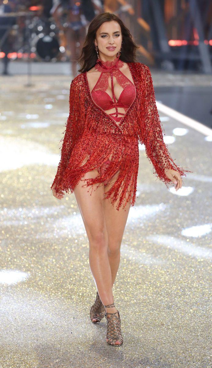 Она беременна: Ирина Шейк показала округлившийся живот на показе Victoria's Secret
