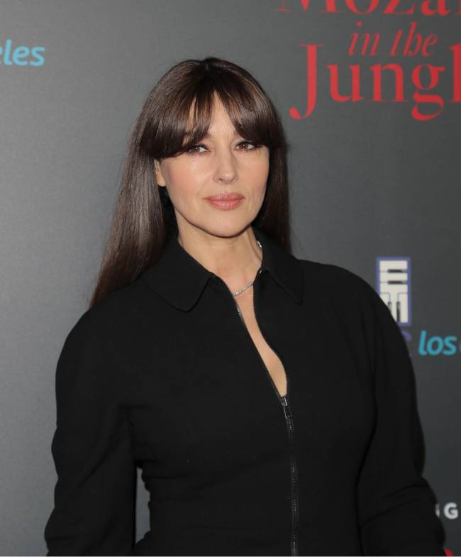 Леди в черном: Моника Беллуччи продемонстрирвала роскошную фигуру в облегающем наряде