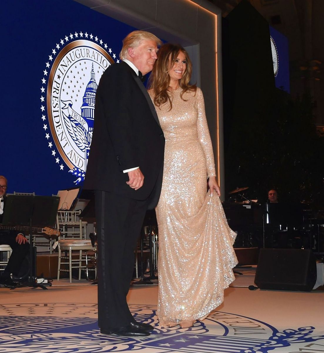 Первая леди США во всей красе: Мелания Трамп надела золотое платье