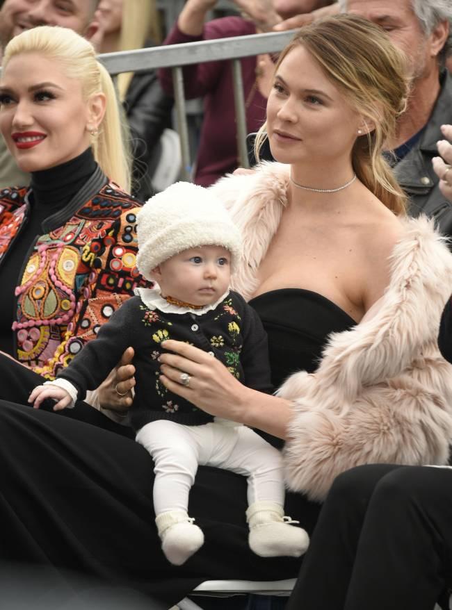 Бехати Принслу и Адам Ливайн впервые появились на публике с 4-месячной дочерью